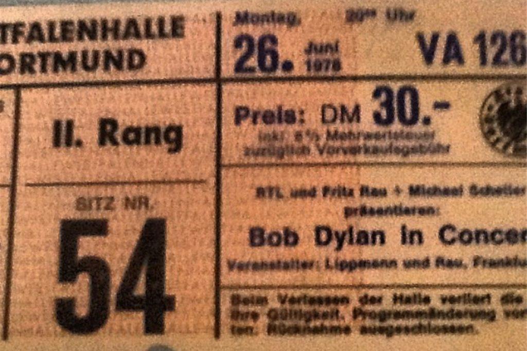 Die Eintrittskarte zum legendären Dylan-Konzert liegt beim Autoren dieser Zeilen gut verwahrt. Er findet sie nur nicht wieder, hat nur noch dieses unscharfe Foto davon.