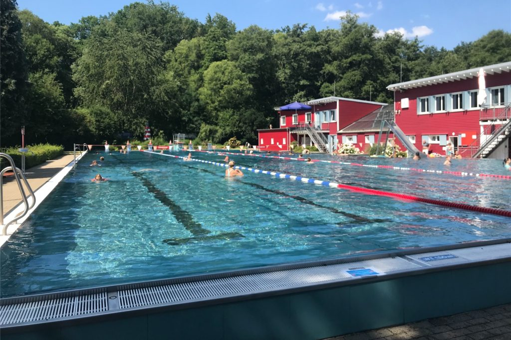 Blauer Himmel, heißes Wetter: Der Aboverkauf für die nächste Schwimmsaison im Elsebad beginnt schon im Winter.