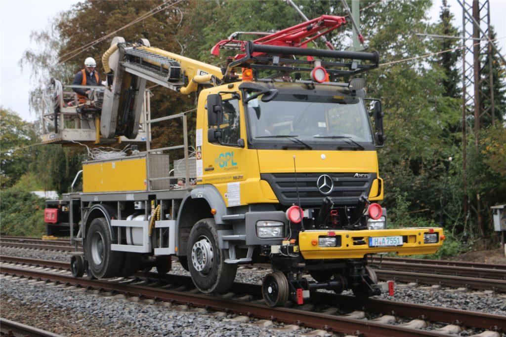 Bei der zweiwöchigen Streckensperrung im Oktober setzte die Bahn Spezial-Fahrzeuge ein, die auf Schienen fahren konnten. Damit wurde unter anderem neue Oberleitungen gezogen. Damit können ICE, die über Kamen nach Dortmund fahren, ihr Tempo künftig auf 200 steigern.