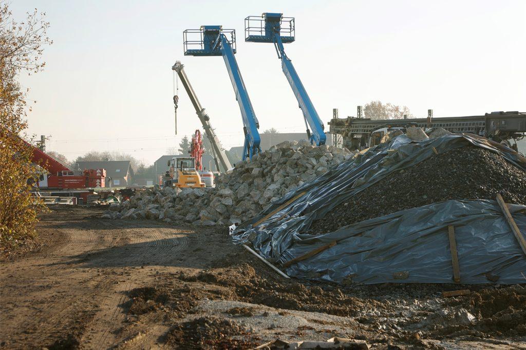 An der Bahnstrecke zwischen Dortmund und Hamm bereiten sich die Baufirmen darauf vor, eine Hilfsbrücke unter die Gleise zu schieben.