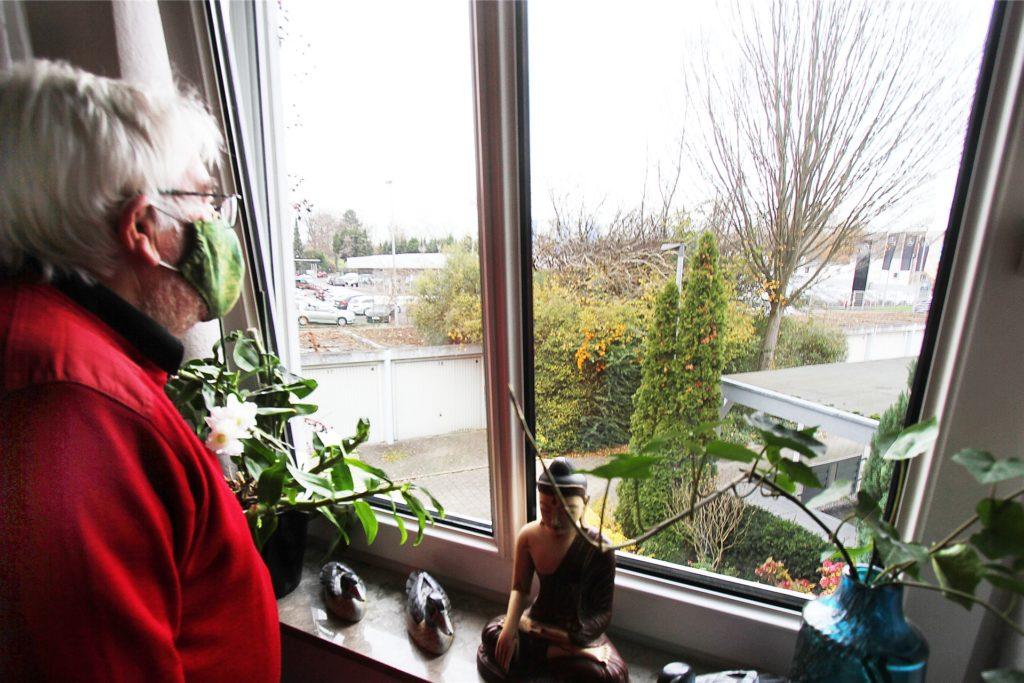 Thomas Kruse sieht vom Fenster seines Hauses an der Straße Am Kornfeld aus anstelle von Baumkronen plötzlich direkt auf die Hagener Straße.