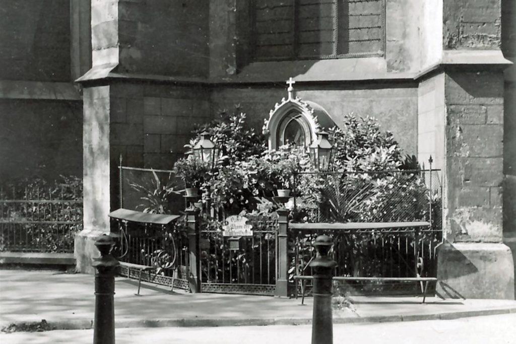 Und so sah es an dieser Stelle früher einmal aus: Die Statue an der Christophorus Kirche war durch einen Zaun geschützt.