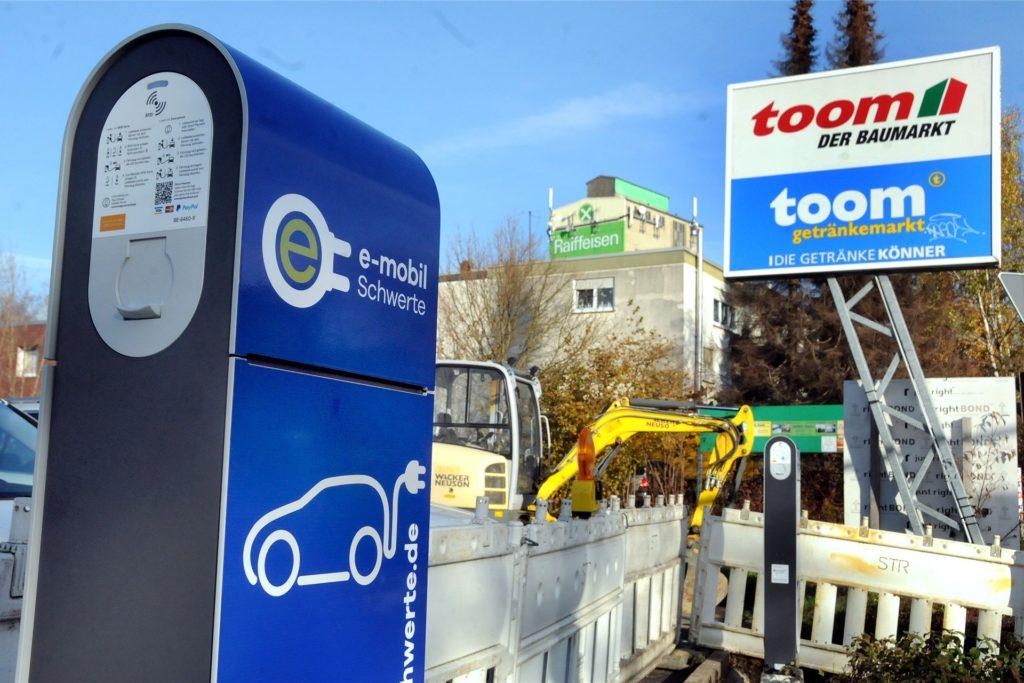 Am Rande seines Parkplatzes erhält der Toom-Baumarkt auch zwei Ladensäulen für Elektroautos von den Stadtwerken.