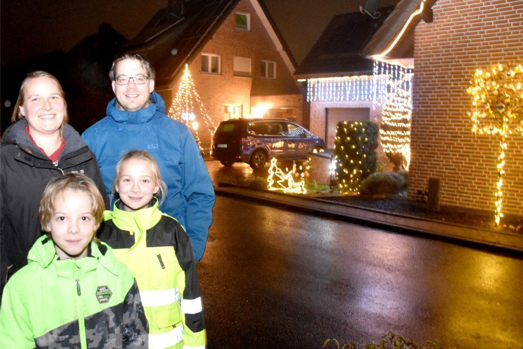 Tanja Witting (33) hat sich mit dem Weihnachtsdekofieber schon bei ihren Eltern infiziert. Seit zehn Jahren gehört das weihnachtlich geschmückte Haus der Familie zur Nachbarschaft am Gescher Dyk. Viele Familien nutzen es als Station auf ihren Adventsspaziergängen.