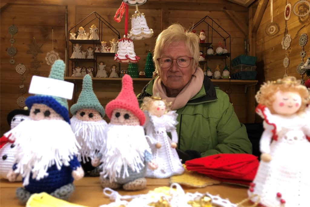 Ursula Constantinescu hat das ganze Jahr Wichtel, Weihnachtsmänner und Engel gehäkelt.