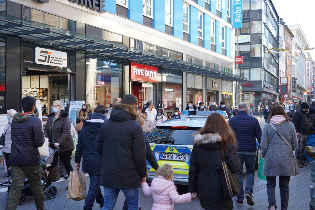 Polizei und Ordnungsamt kontrollierten am Samstag, ob die Fußgänger zueinander Abstand halten.