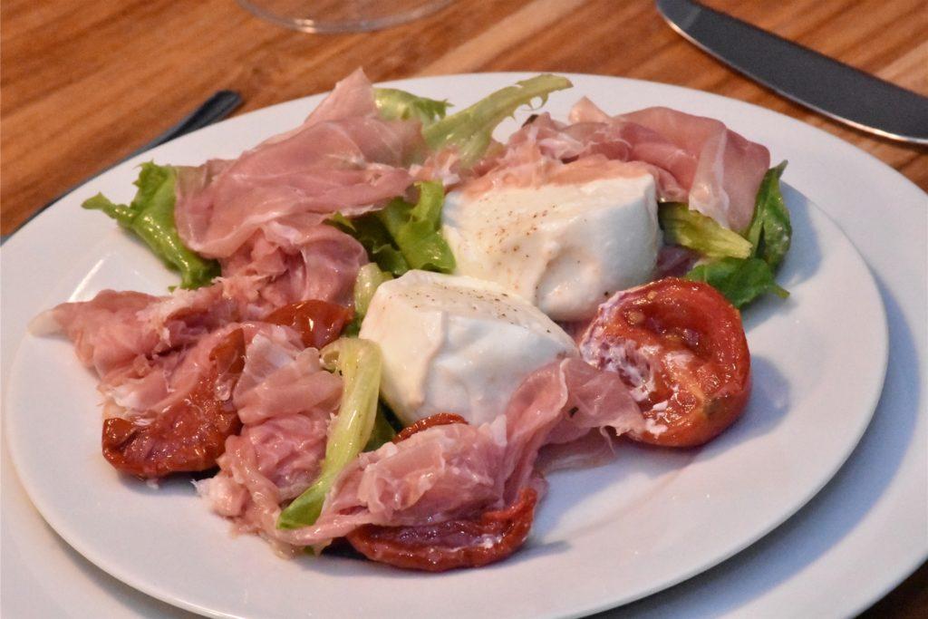 Die zweite Vorspeise: Büffelmozzarella mit Parmaschinken und eingelegten Tomaten.