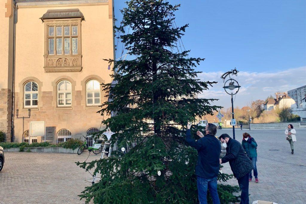 Mitglieder des Stadtbezirksmarketings und der Werbegemeinschaft schmückten den Baum.
