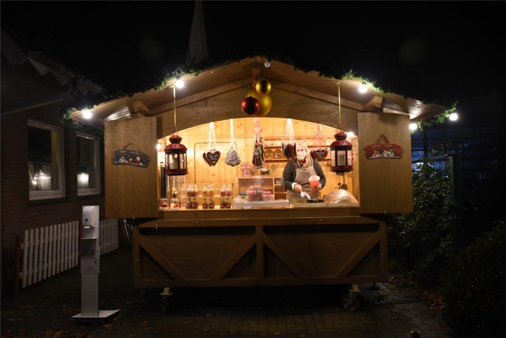 Die Hütte steht normalerweise auf den Weihnachtsmärkten der Region. In diesem Jahr hat Elke Telöken sie in Südlohn aufgebaut.
