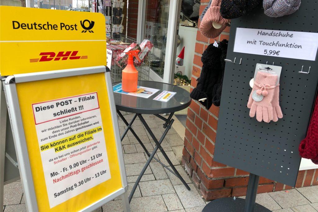Ein Aufsteller vor dem Laden am Markt macht die Kunden und Passanten darauf aufmerksam, dass die Tage der Postfiliale beim