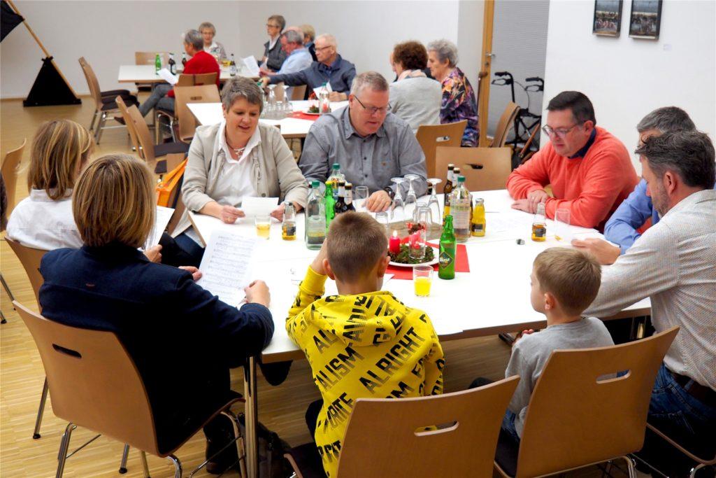 Ein Treffen eines Familienkreises vor den Corona-Beschränkungen.