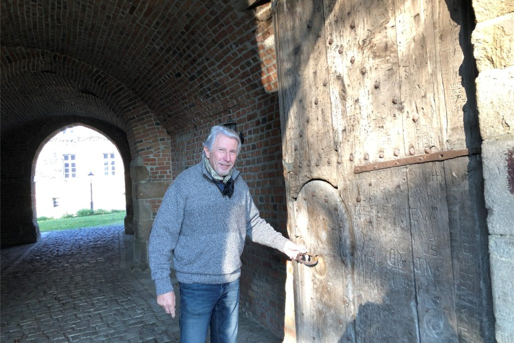 Bodo Möhrke öffnet die Türen zu seinem Torhaus und dem Dachboden mit seinen vier Etagen.