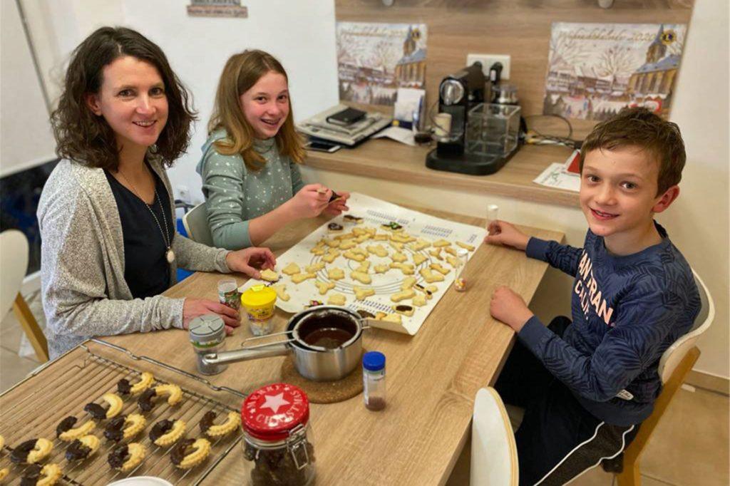 In der Weihnachtsbäckerei... Bianca Christ mit ihren Kindern Marei (12) und Simon (10). Es fehlt der 19-jährige Jonas.