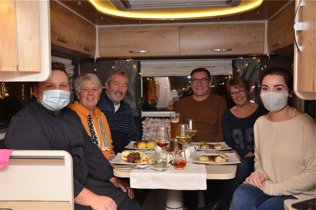 Koch Mario Thissen (von links) mit den Gästen Ingrid und Rolf Seiler, Wolfgang und Petra Strahl und Inhaberin Elena Siebelt.