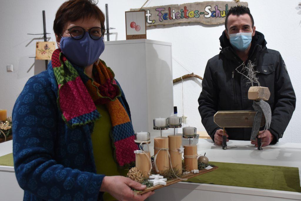 Hille Höltermann und Sven Kruse von der Felicitasschule sind froh, dass sie die Werke der Schüler in dem Ladenlokal verkaufen können.