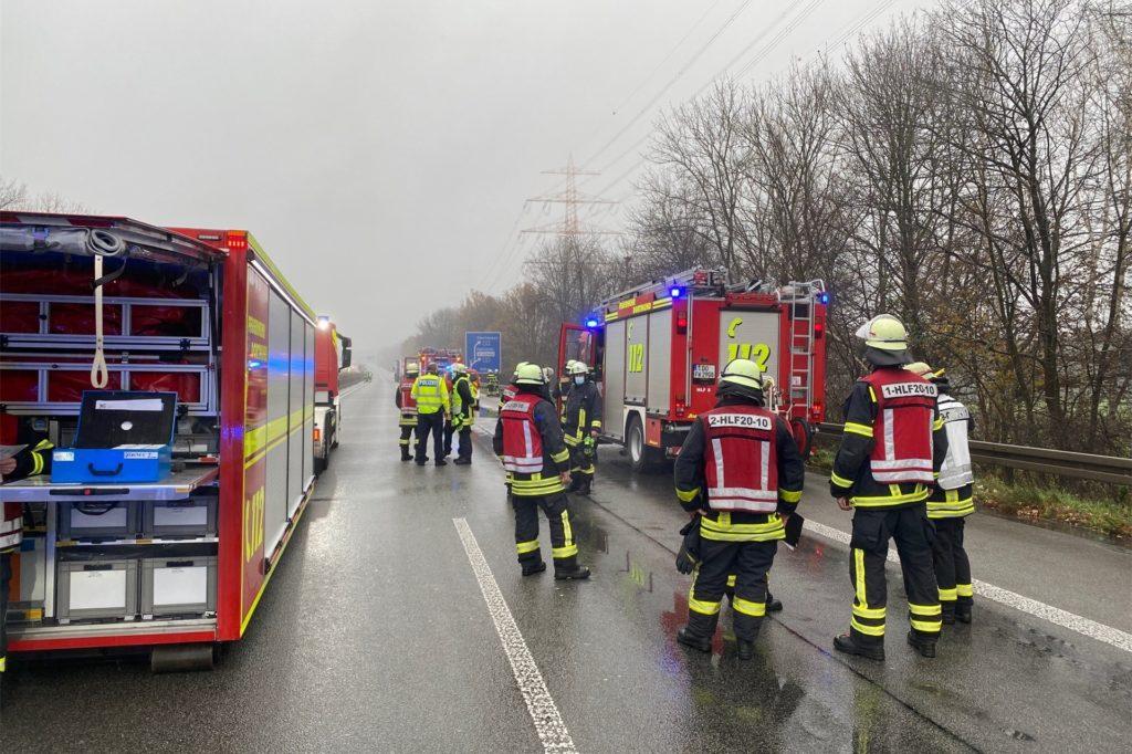 Die Rettungskräfte beraten das weitere Vorgehen: Vorn sind die Lastwagen zu sehen.