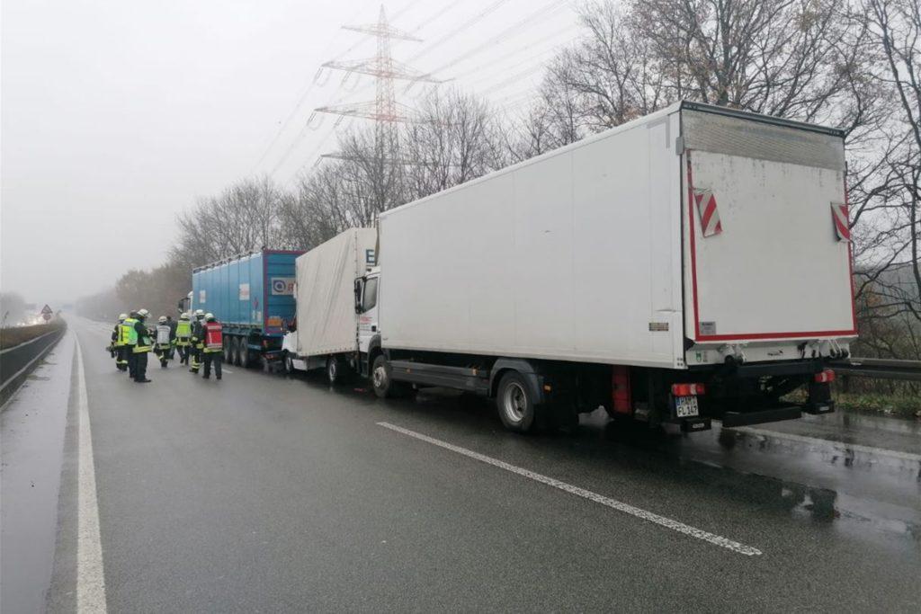 Drei Lastwagen prallten an einem Stauende auf der A45 aufeinander. Der vordere Sattelzug hatte explosiven Wasserstoff geladen. Die Feuerwehr ließ höchste Vorsicht walten.