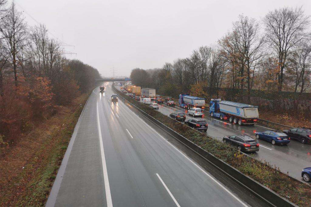Der Stau auf der A45 war zeitweise über zehn Kilometer lang, hier von der Richterstraße kurz vor Dortmund-Bodelschwingh zu sehen ist die Anschlussstelle Bodelschwingh am Autobahnkreuz Castrop-Rauxel mit der A42.