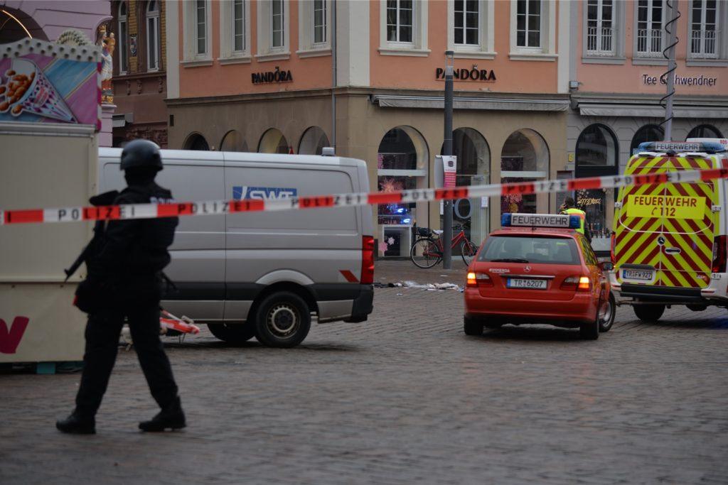 Die Polizei sichert den Tatort nahe der Fußgängerzone.