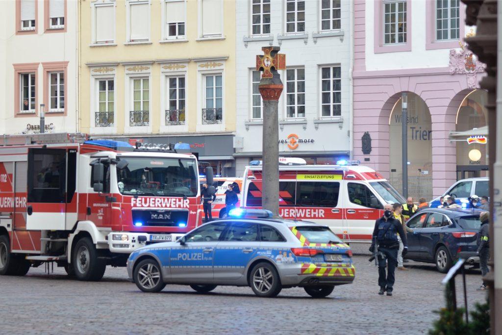 In Trier erfasst ein Auto mehrere Menschen und verletzt mindestens zwei von ihnen tödlich. Ein Großaufgebot von Polizei und Rettungskräften ist im Einsatz.
