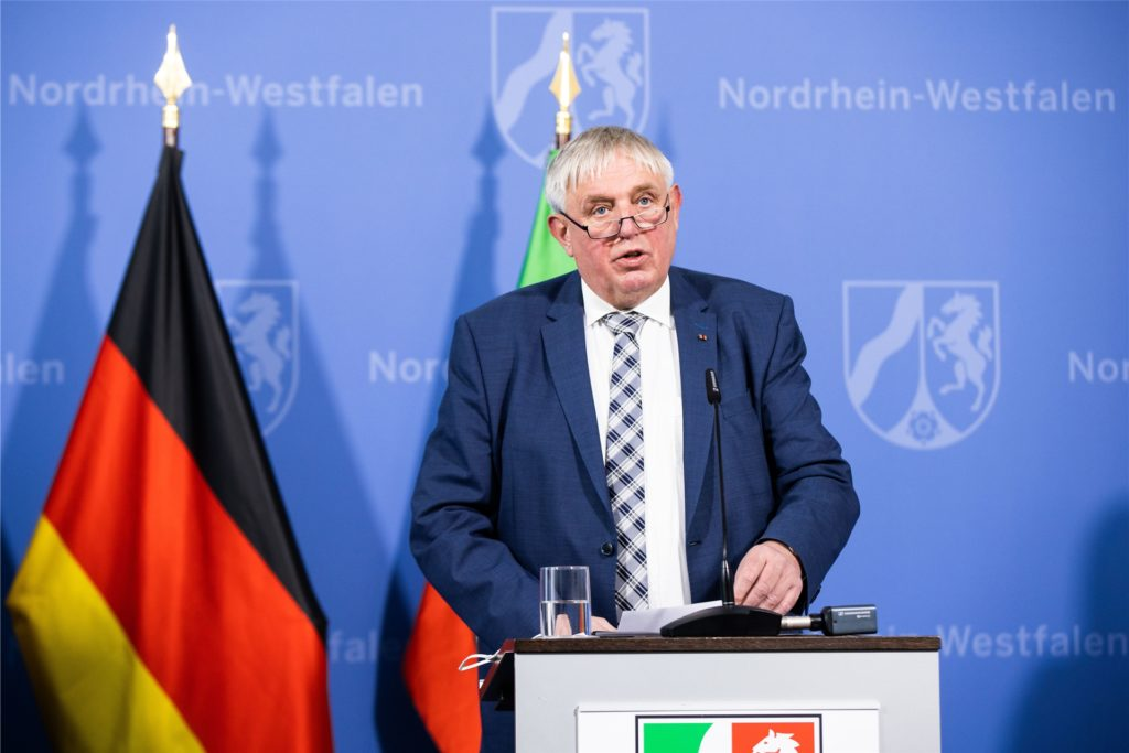 Karl-Josef Laumann (CDU), Gesundheitsminister von Nordrhein-Westfalen, spricht während einer Pressekonferenz.