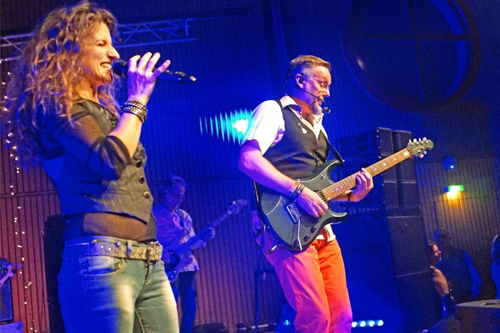 """Seit 30 Jahren ist Uwe Wortmann Mitglied der Band """"Birdie"""", hier bei einem Auftritt mit Band-Sängerin Sabine Hoell im Hansesaal."""