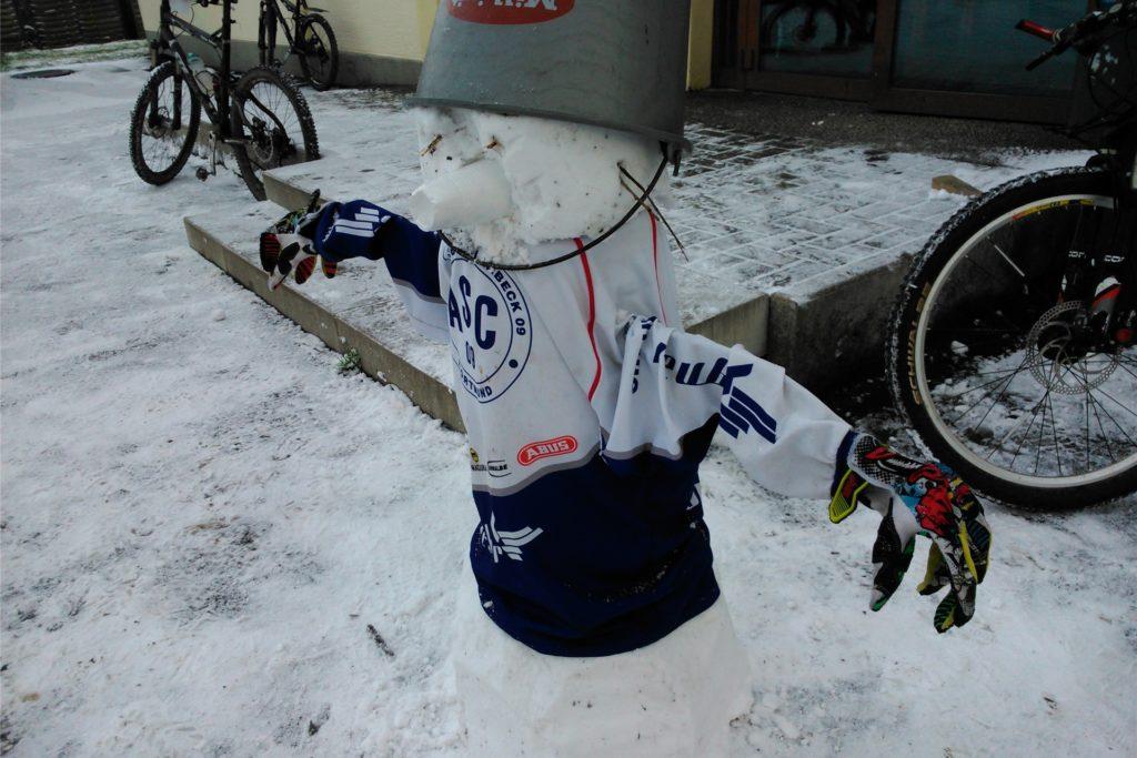 Langarmiges Trikot, Fingerhandschuhe und ein solider Helm: Dieser Sportsfreund weiß, wie man gut durch den Winter kommt.