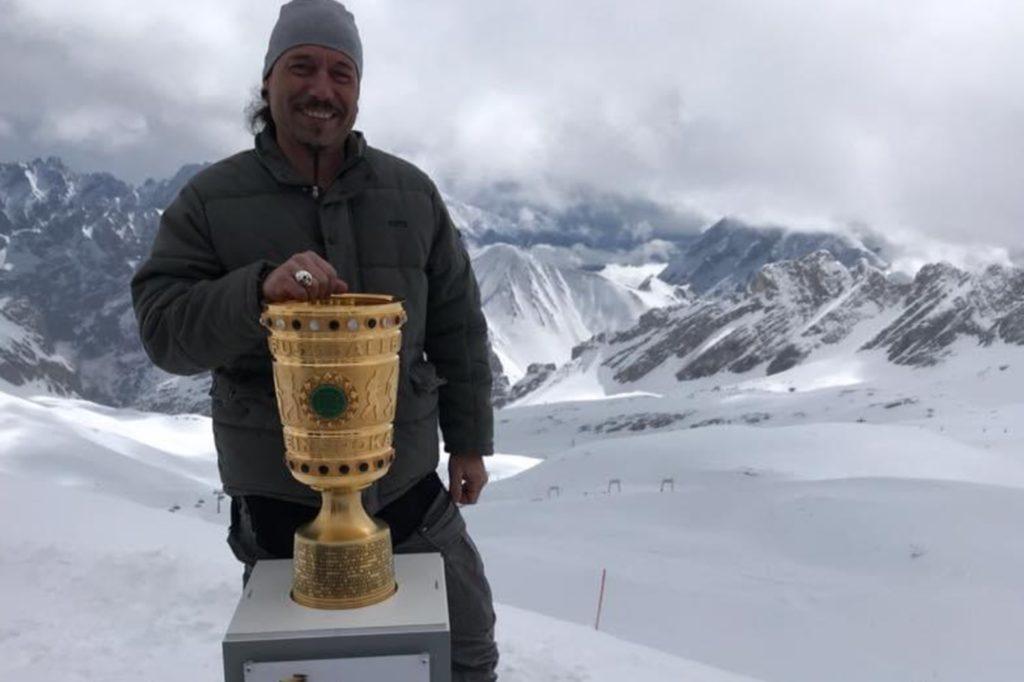 Andreas Bröcker an seinem heutigen Arbeitsplatz: Mit dem DFB-Pokal auf der Zugspitze.