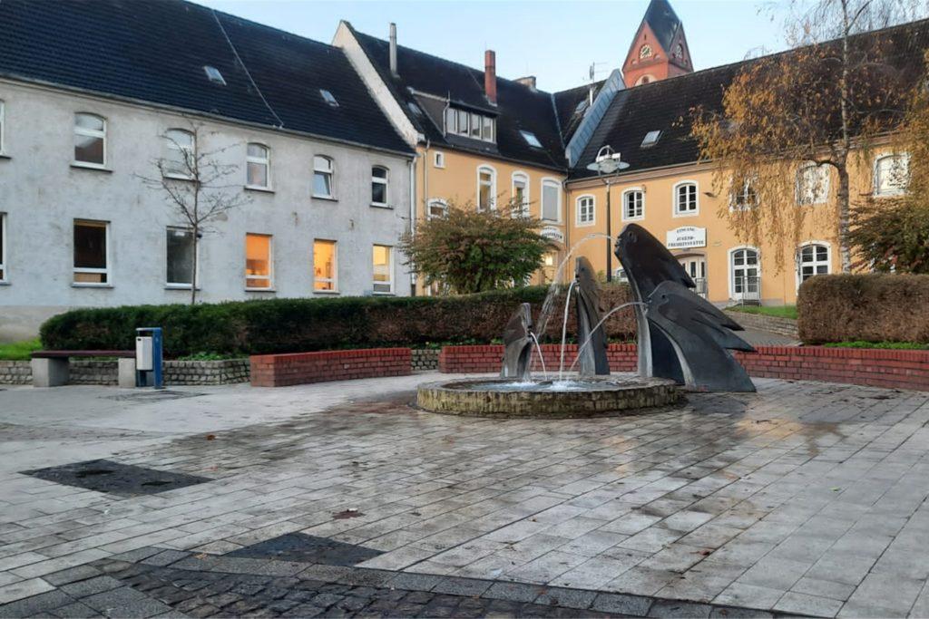 So sah es bis vor kurzem aus: Ein Teil des Wassers aus dem Hexenbrunnen lief auf den Marktplatz in Lütgendortmund.