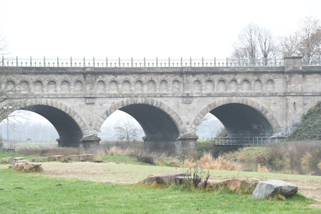 Die Dreibogenbrücke in den Steverauen ist eines der Wahrzeichen Olfens und Anziehungspunkt von Touristen.