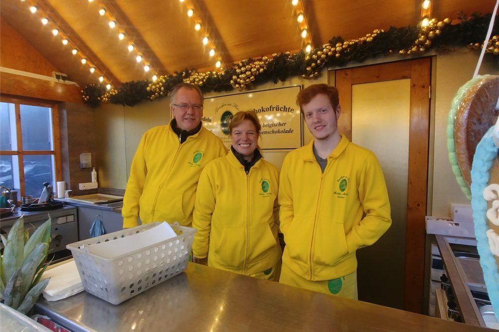 Matthias, Manuela und Maurice Mirke sind froh, ihre Mandeln auch ohne Weihnachtsmarkt auf dem Höchsten verkaufen zu können. Wo der Stand im nächsten Monat steht, ist noch ungewiss.