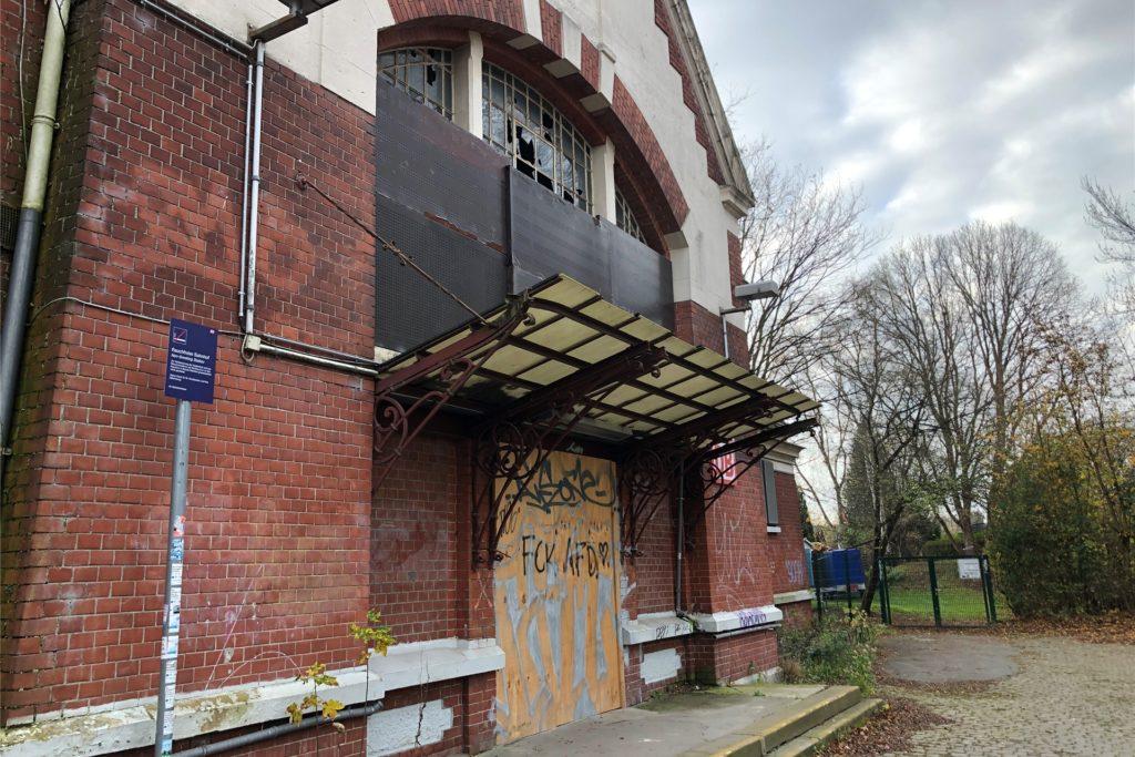 An Renovierungsbedürftigkeit kaum zu überbieten ist nach wie vor das Bahnhofsgebäude