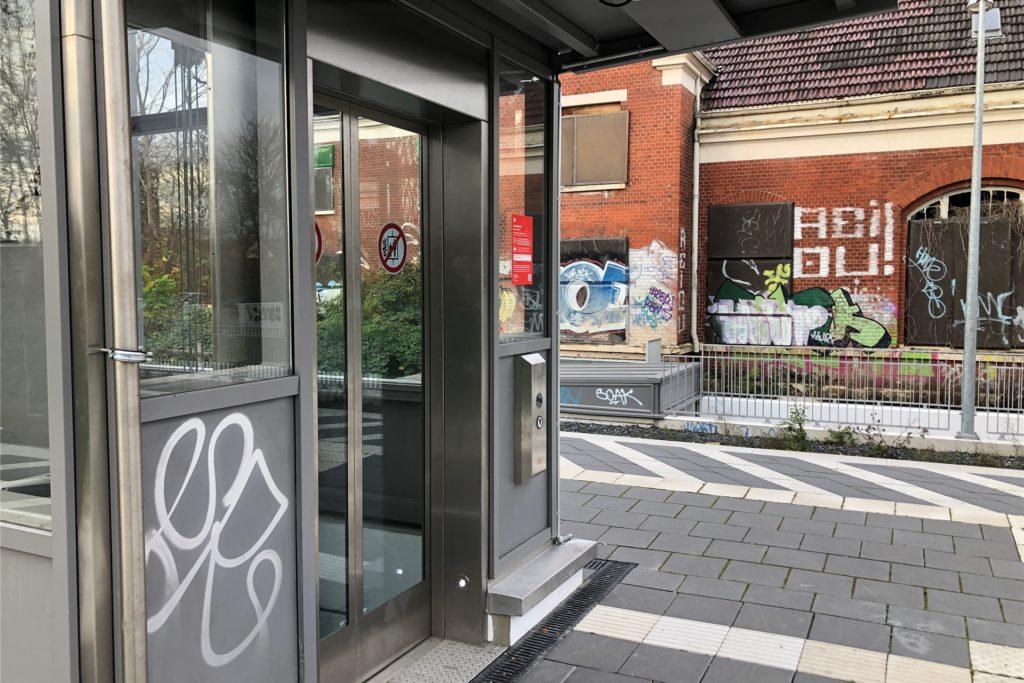 Auch der Aufzug ist immer wieder Ziel von Vandalismus und Farbschmierern