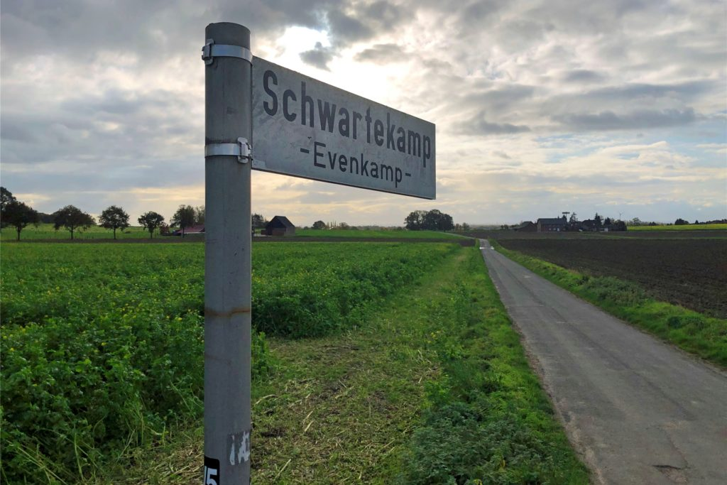 Auf manchen Straßenschildern ist noch der Ortsteil Evenkamp verewigt.