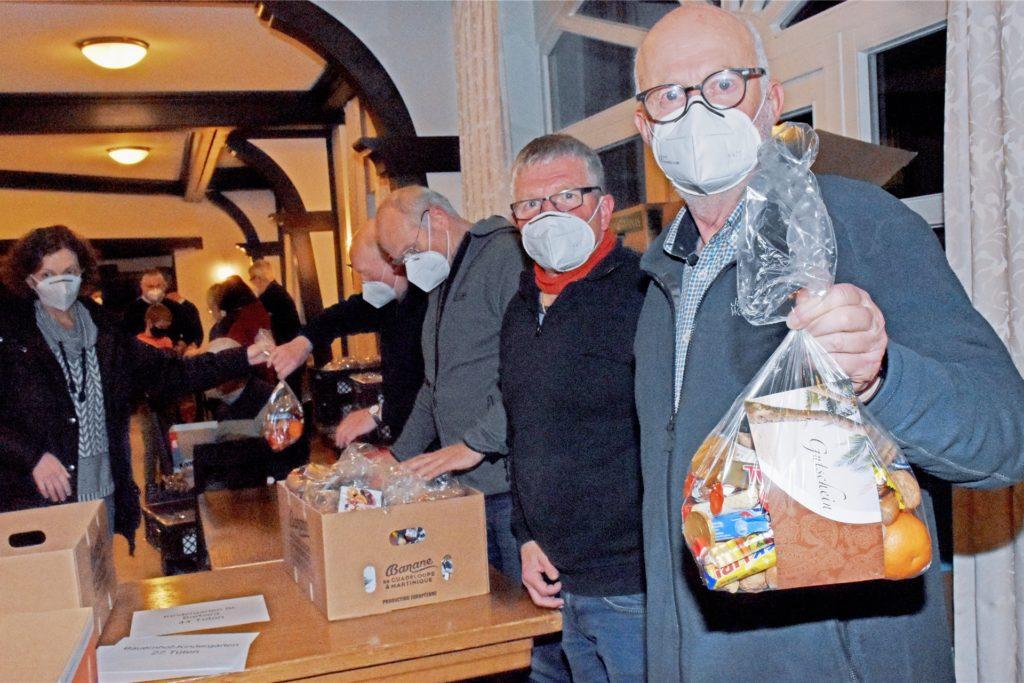 Günter Wehning (r.) leitet seit zwölf Jahren das Nikolausteam der KAB Südlohn. Die Tüte, mit denen die Kinder und Senioren in Südlohn beschert werden, wurden am Dienstag in einer Gemeinschaftsaktion gepackt.