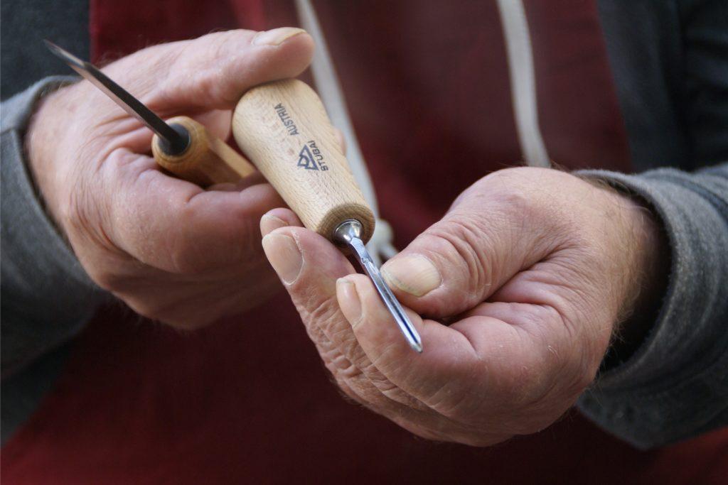 Das Handwerkszeug, das für die feine Schnitzarbeit erforderlich ist.