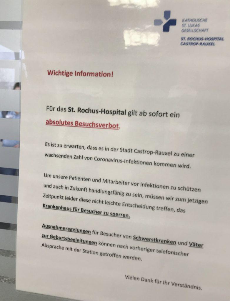 Dieser Zettel mit den Besuchsbestimmungen hängt an der Tür zum zentralen Treppenhaus im Rochus-Hospital. Sieben Menschen starben hier seit Ausbruch der Pandemie an oder mit Covid-19.