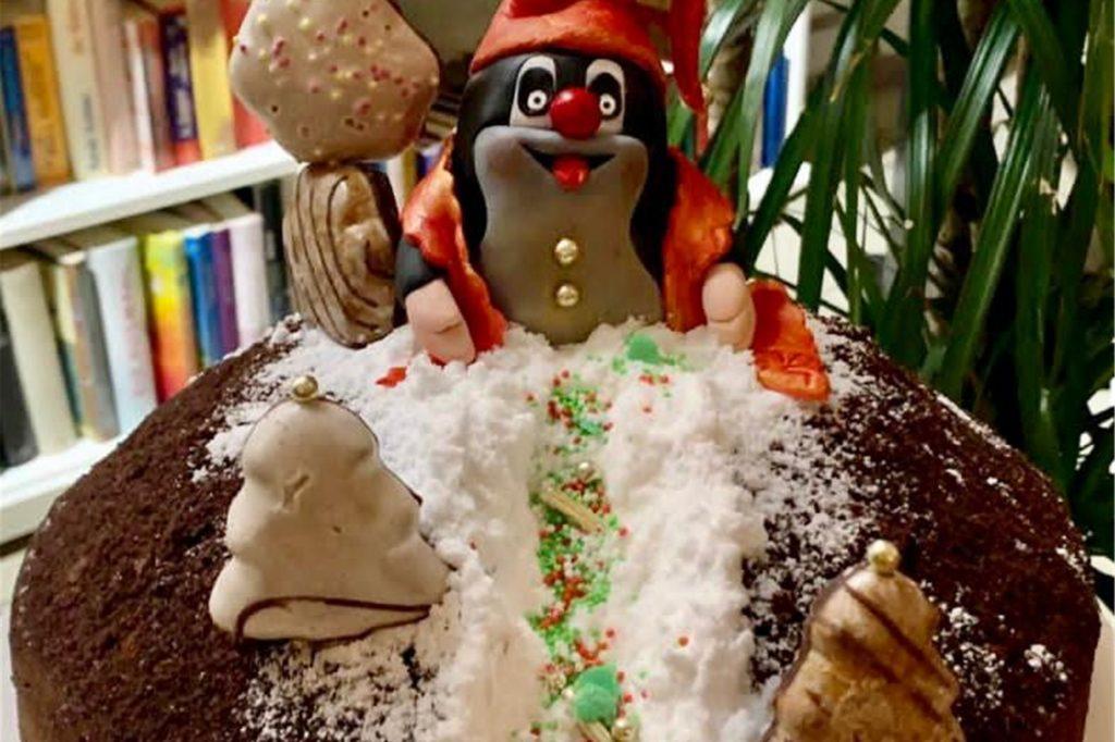 Eine Weihnachtstorte mit dem kleinen Maulwurf im Weihnachtslook.