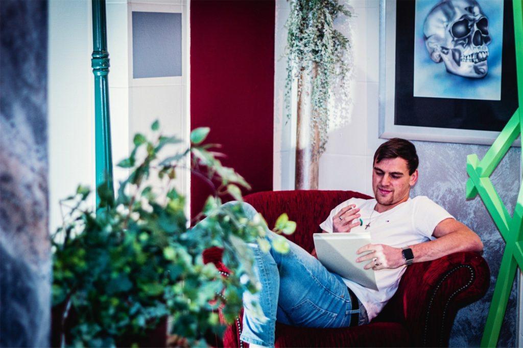 In seiner Wohnung schreibt Niklas Simpson, der 2019 am ASG Abi machte, seine Songs. Oft hat er auch die Gitarre im Arm dabei.