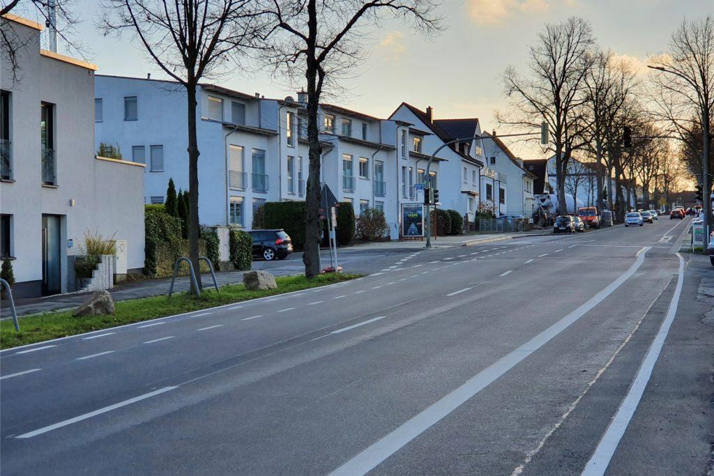 Der Abstand zu parkenden Pkw neben der Fahrbahn ist nun größer und durch Sicherheitstrennstreifen verdeutlicht.