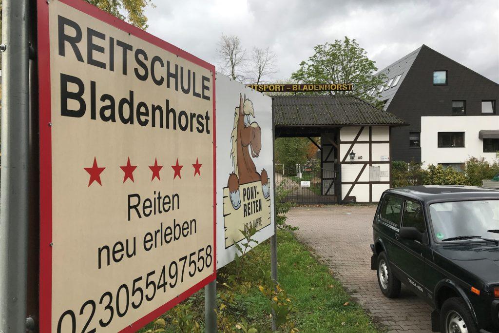 Die Reitsportanlage in Bladenhorst liegt auf einem 40.000 Quadratmeter großen Gelände.