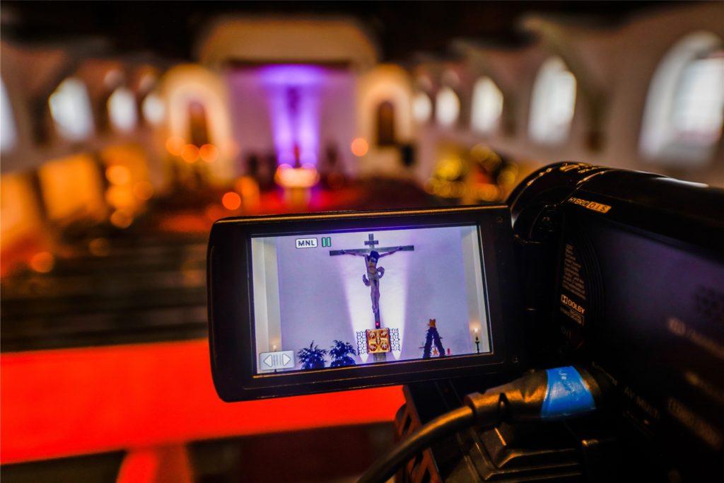 Für die Live-Übertragung des Gottesdienstes werden mehrere Handy-Kameras in der Kirche aufgebaut.