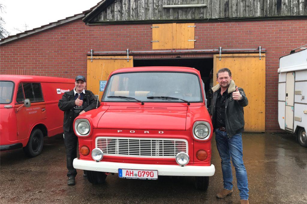 In dem Fernsehbeitrag unterhalten sich Det Müller (r.) und Claas Cynapolt über einen Ford Transit.