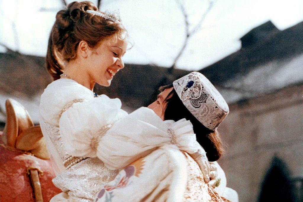 Na endlich: Das Aschenbrödel und der Prinz haben sich gekriegt. Und der Prinz hat für die Hochzeit ein besonders hübsches Hütchen ausgewählt.