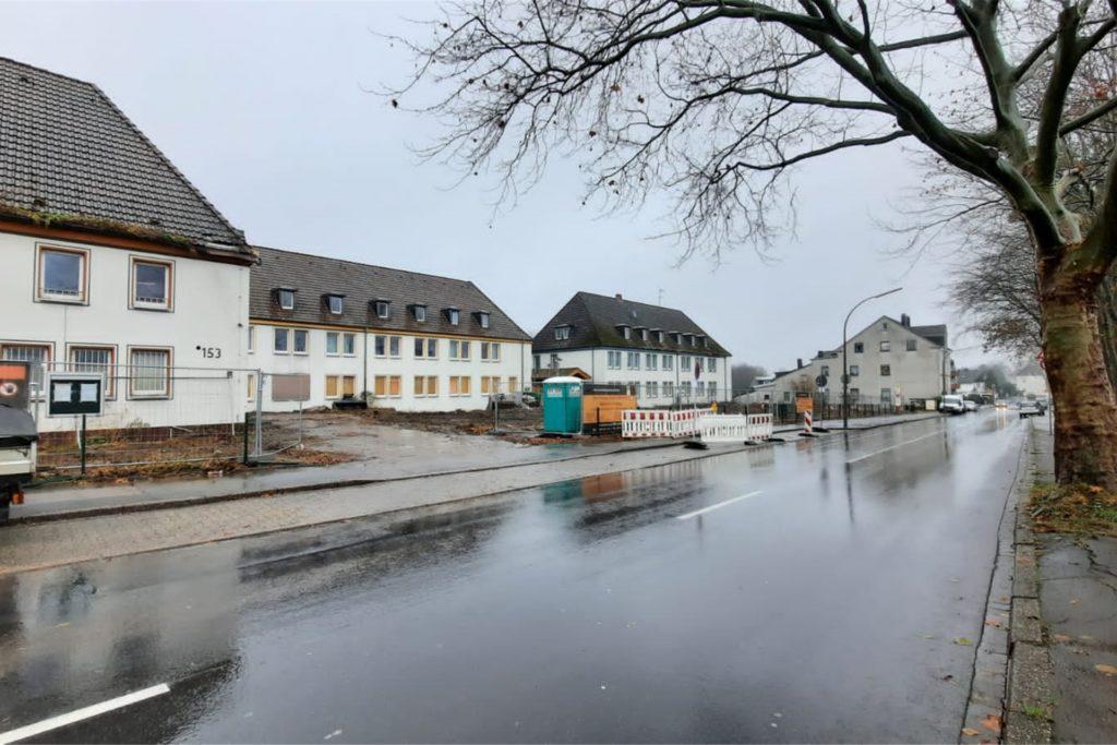 Noch kann man sich schwer vorstellen, was hier mal entstehen soll: An der Hangeneystraße 147 -155 steht noch die Ruine der alten Ruhrkohle-Schule für Lehrlinge. Die Wohncarrée-Baustelle ist nun eingerichtet. Bald soll der Abrissbagger rollen.
