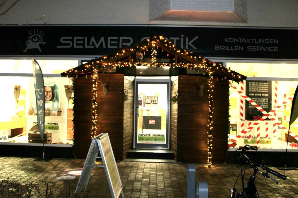 Der Eingang des Geschäftes Selmer Optik ist als Weihnachtsbude gestaltet.