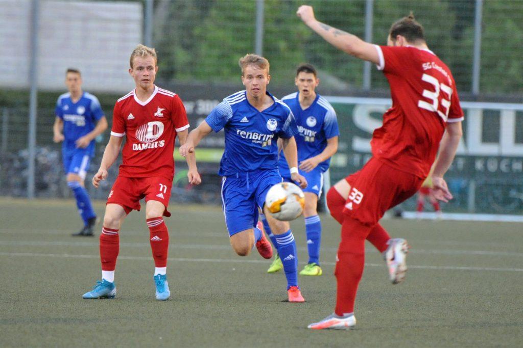 Luca Friedrich (M.) rückt aus der Stadtlohner A-Jugend zum Bezirksliga-Kader auf.