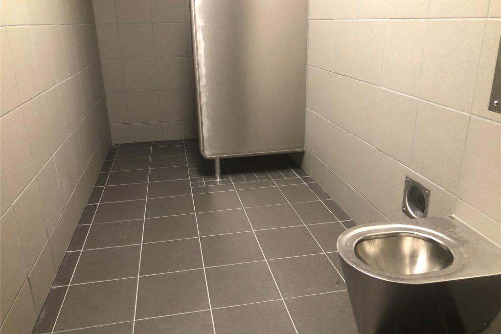 Dusche und Toilette im Polizeigewahrsam