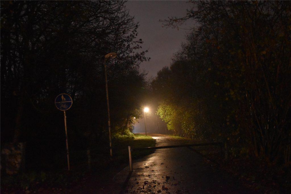 Am Dienstagabend war der Bereich rund um die Schranke noch dunkel. Die Laterne war noch defekt.