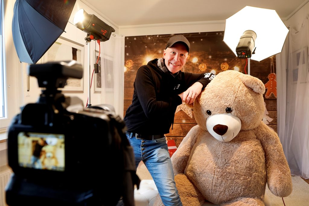 Ein riesiger Teddy und ein vorweihnachtliches Setting: Wer jetzt Weihnachtskarten verschicken möchte, kann sich von Fotograf Ralph Bisdorf (38) beim Shooting im Studio im Obergeschoss in einem stimmungsvollen Advents-Setting ablichten lassen.